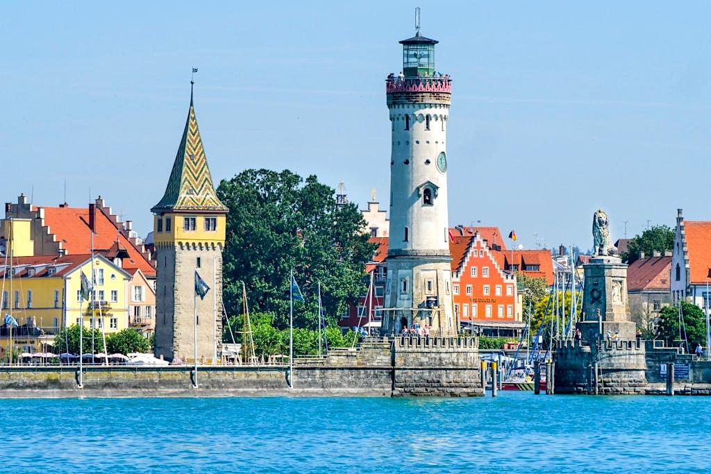 Hafeneinfahrt von Lindau: die südlichste Stadt und der südlichste Leuchtturm von Deutschland - Dreiländer-Bodenseeschiffsausflug mit Stadtbesichtigung in Lindau - Bayern