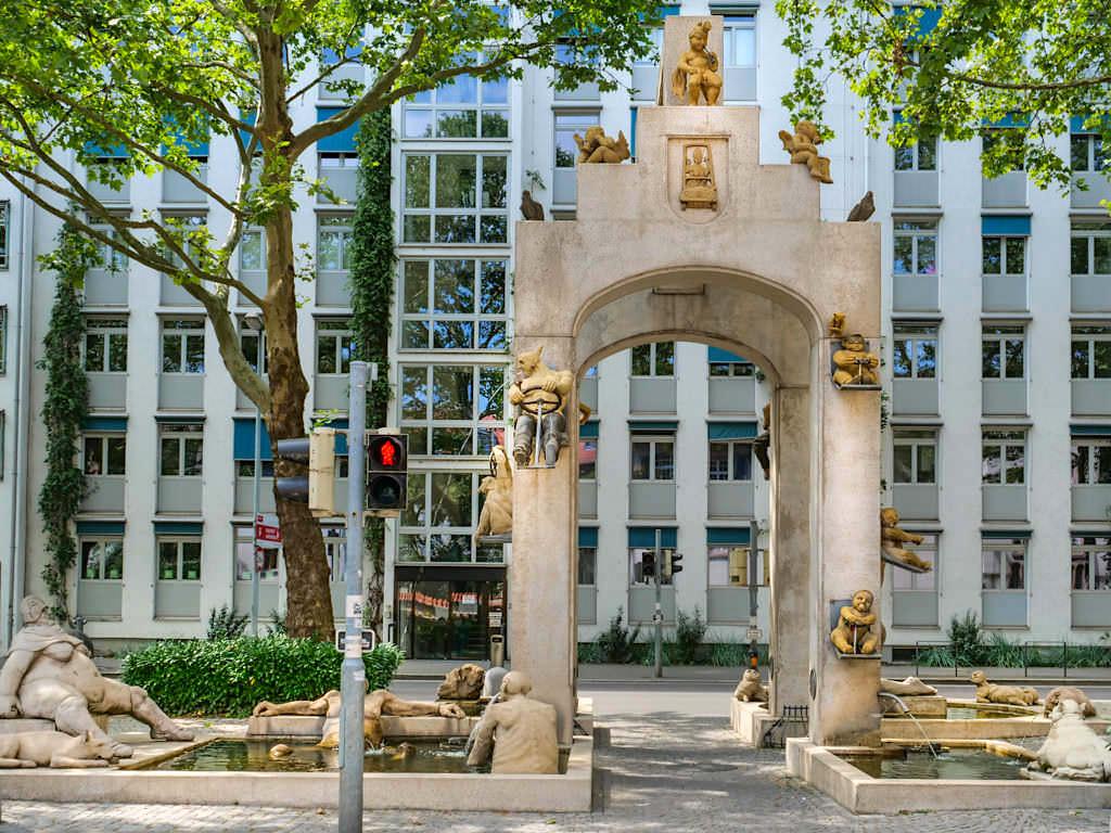 Laubenbrunnen oder Triumphbogen an der Unteren Laube - Peter Lenk Skulpturengruppe - Konstanz, Baden-Württemberg