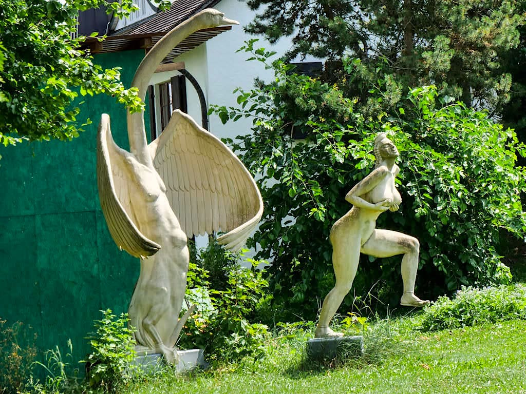 Leda und der Schwan - Peter Lenk Skulpturengarten in Bodman - Baden-Württemberg