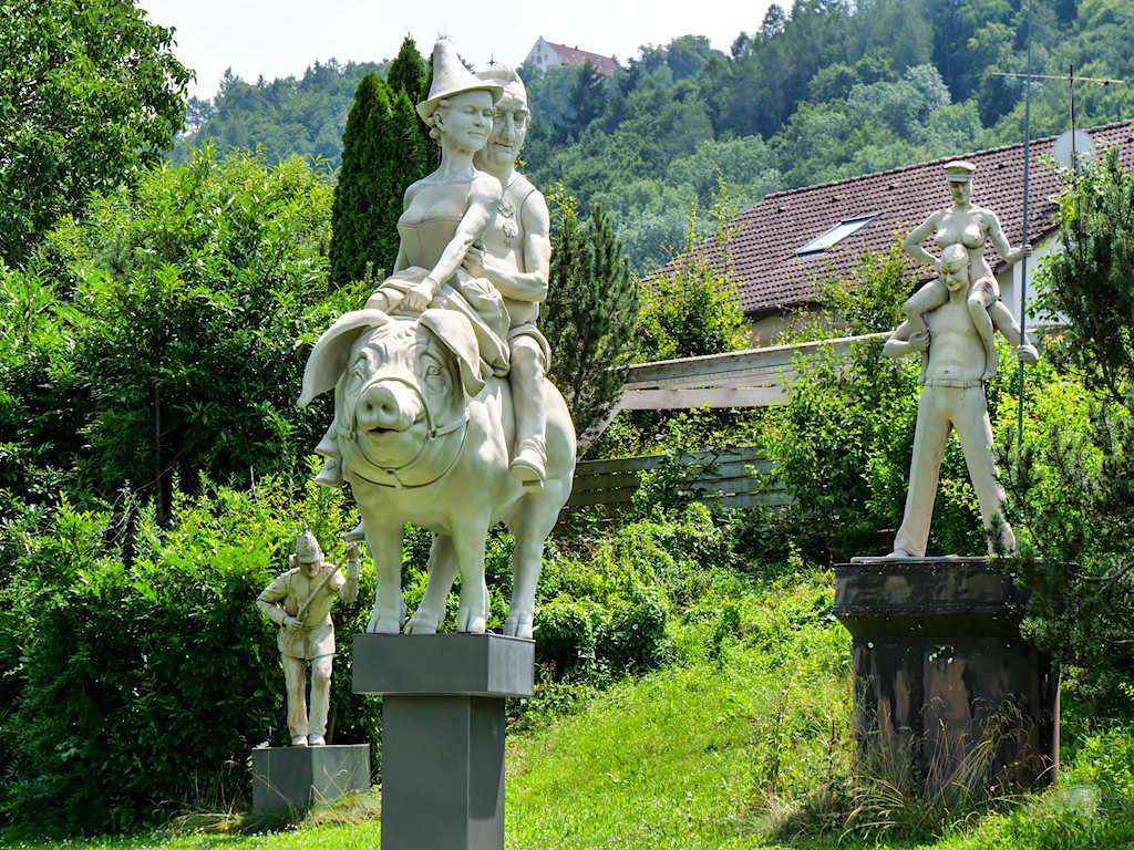 Peter Lenk Skulpturengarten - Das Glücksschwein von Schwetzingen ist eine Hommage an Karl Tehodor, Kurfürst von der Pfalz - Bodman, Baden-Württemberg
