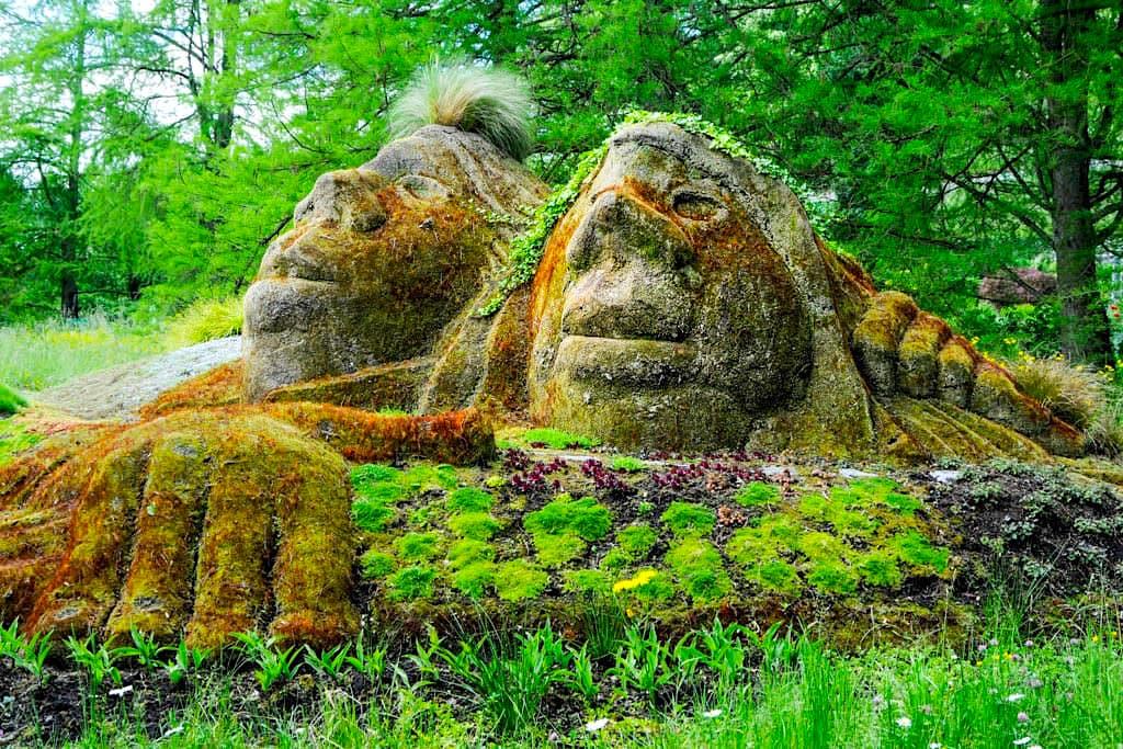 """Insel Mainau - Erdskulpturen """"Zusammen im Garten"""" des niederländischen Künstlers Sjer Jacobs - Baden-Württemberg"""