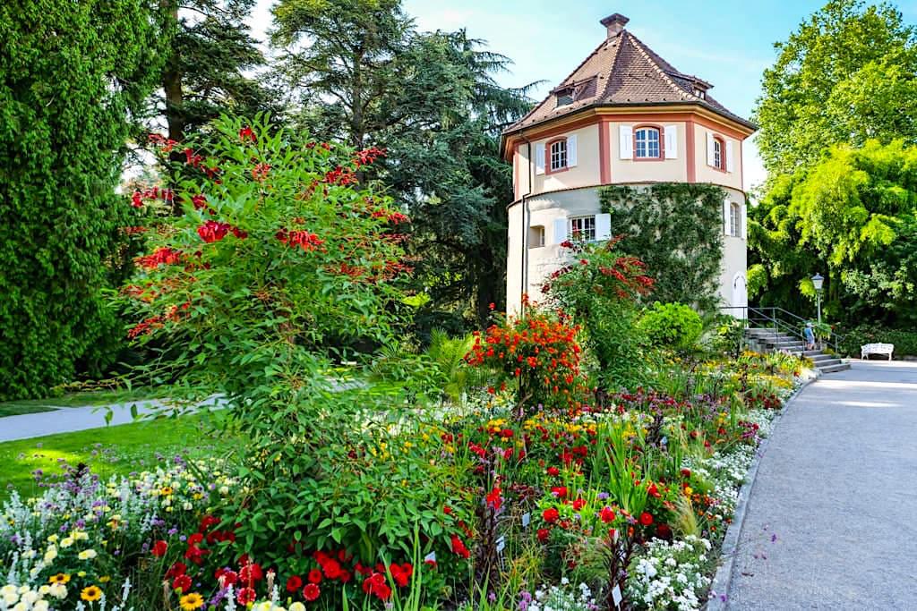 Blumeninsel Mainau - Wunderschöner Gärtnerturm mit herrlichen Blumenbeeten - Baden-Württemberg