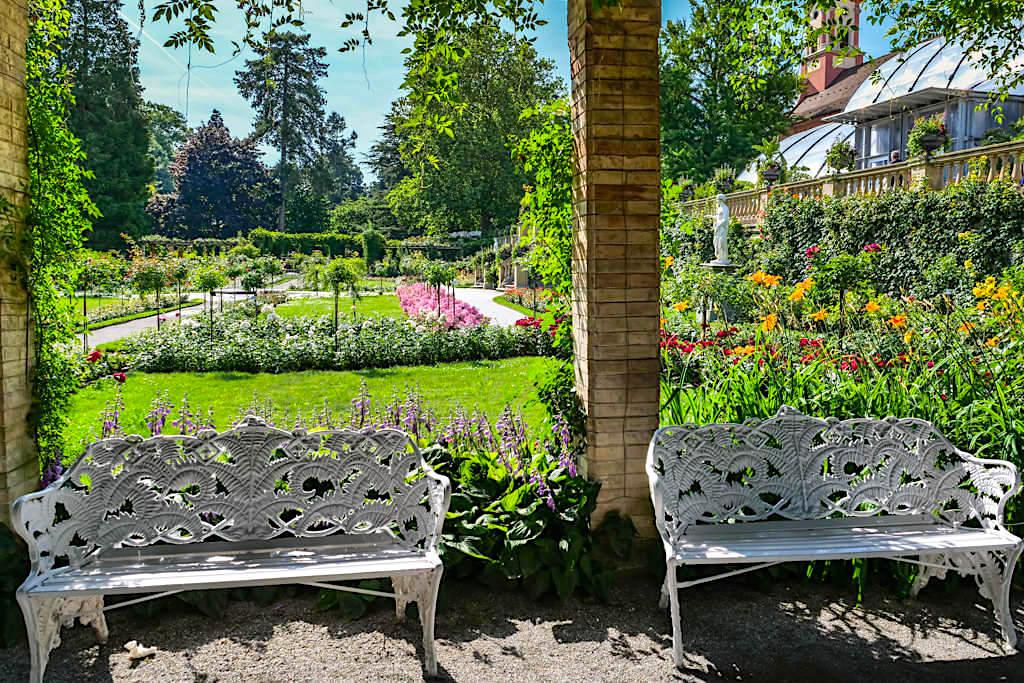 Blumenparadies Mainau - Schöne Pergola & herrlich schattige Plätzchen, um den Ausblick in den Rosengarten zu genießen - Baden-Württemberg