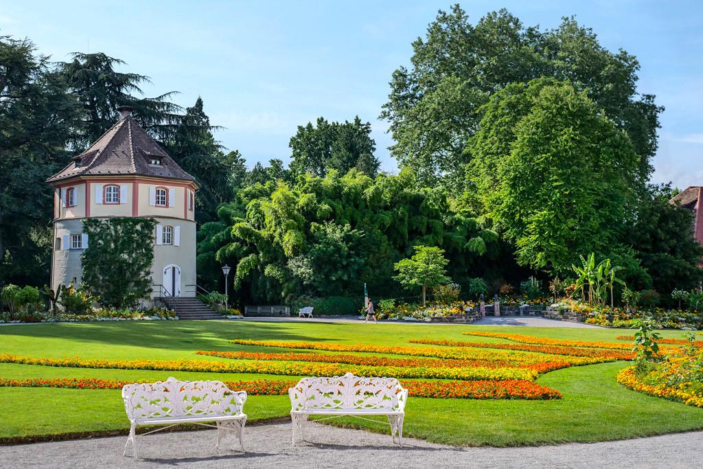 Insel Mainau - Schön angelegterSchlossgarten, Parkbänke und Gärtnerturm - Baden-Württemberg