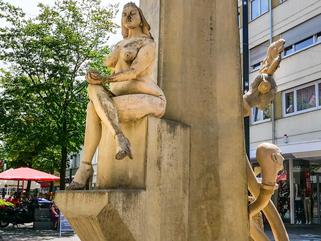 Paradiesbaum - Eva mit Kühlapfel & den schönsten Schuhen von Singen - Peter Lenk Skulpturen - Baden-Württemberg