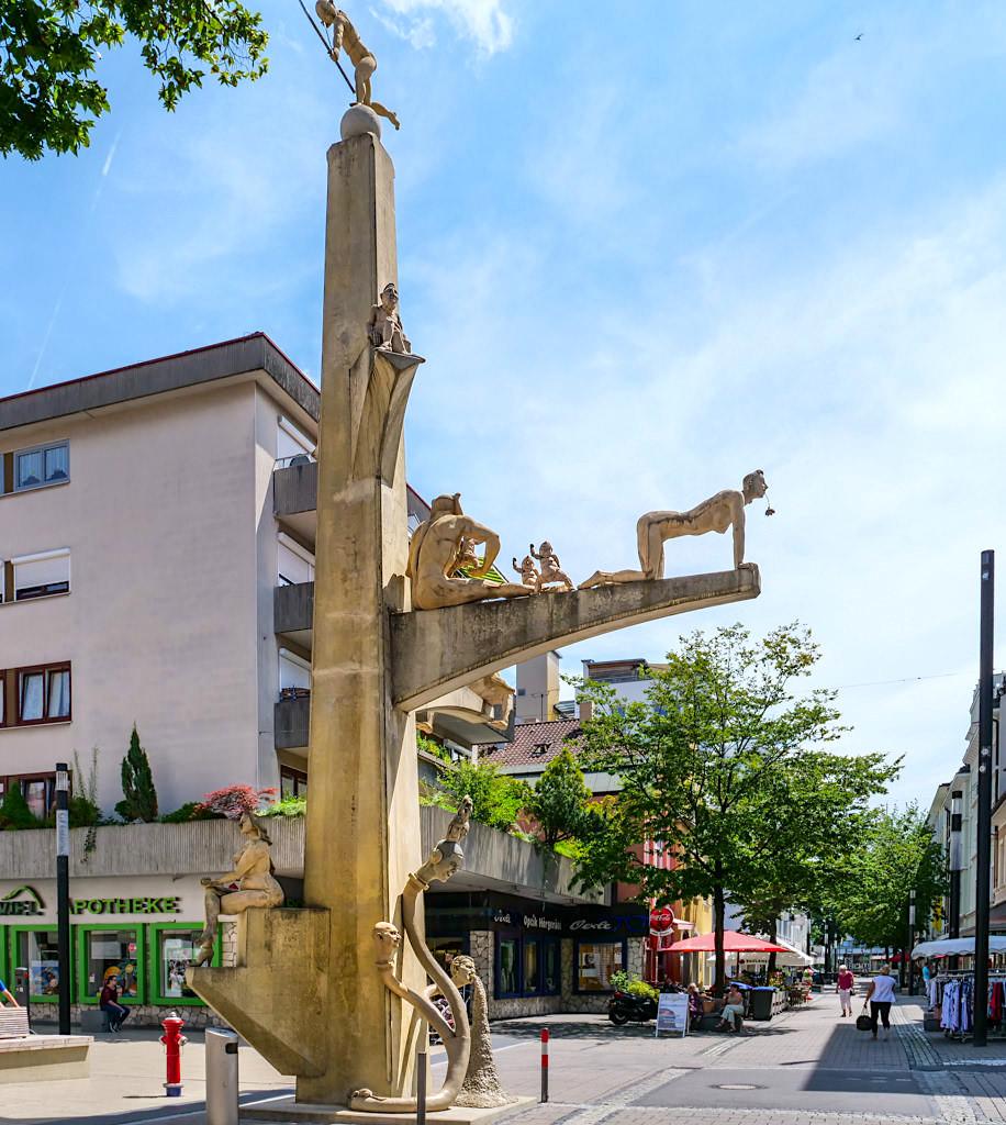 Paradiesbaum von Peter Lenk in der Fußgängerzone von Singen - Baden-Württemberg