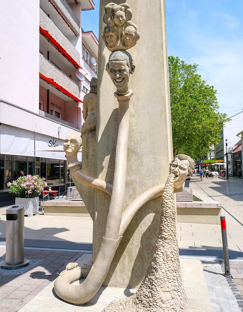 Pardiesbaum - die Paradiesschlange von heute ist das Internet - Peter Lenk Skulptur - Singen, Baden-Württemberg