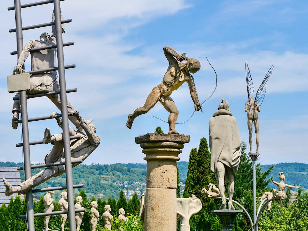 Peter Lenk Bildhauer Garten in Bodman mit Duplikaten, Probestücken seiner Skulpturen - Bodman, Baden-Württemberg