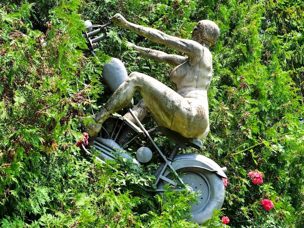 Drei Zeitzeugen: die Rockerbraut - Peter Lenk Bildhauer- und Skulpturengarten - Bodman, Baden-Württemberg