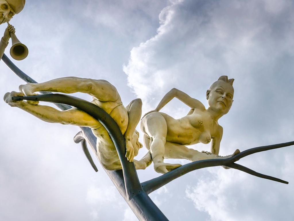 Schelmenbaum - Archetyp von Lebemann oder das Recht auf die letzte Nacht - Peter Lenk Skulptur - Emmingen-Liptingen, Baden-Württemberg