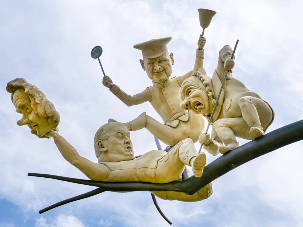 Schelmenbaum - Prügeln, Hauen und Stechen bei Gemeindereform Emmingen-Liptingen - Peter Lenk Skulpturen - Baden-Württemberg