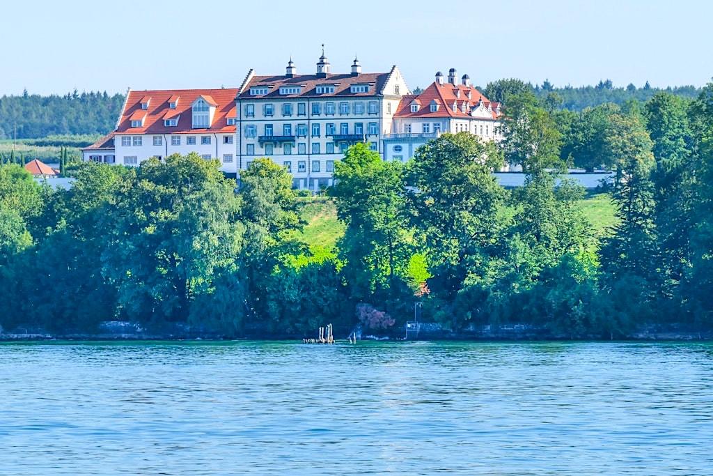 Grandioser Ausblick auf Schloss Kirchberg Immenstaad vom See - Dreiländer-Bodensee-Rundfahrt - Baden-Württemberg