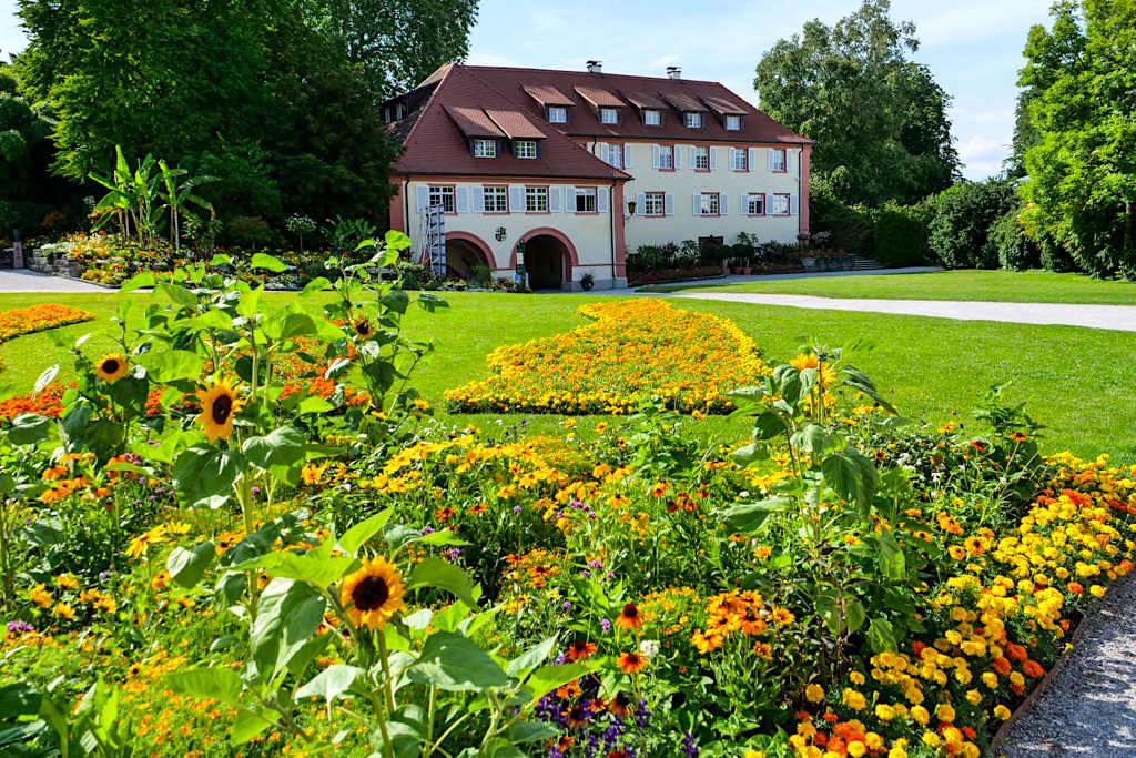 Schlosspark der Insel Mainau mit Torbogengebäude - Bodensee - Baden-Württemberg