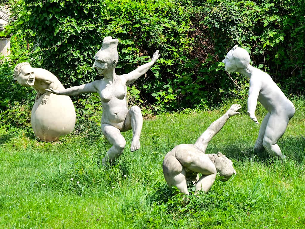 Skulpturengruppe im Bildhauergarten von Peter Lenk - Bodman, Baden-Württemberg