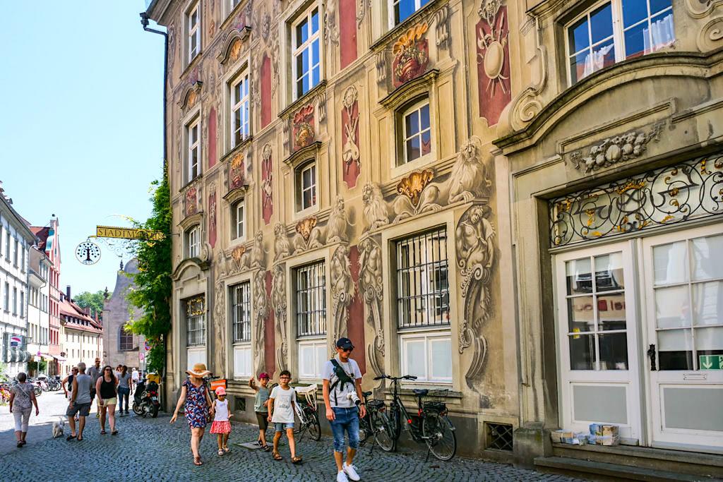 Prunkvolle Fassade des Stadtmuseums von Lindau - Dreiländer-Bodensee-Schiffsrundfahrt - Bayern