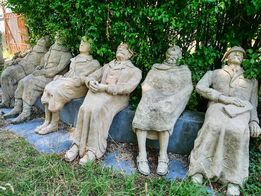Skulpturengruppe Stau in Seeheim-Jugenheim im Peter Lenk Skulpturen-Garten in Bodman - Baden-Württemberg