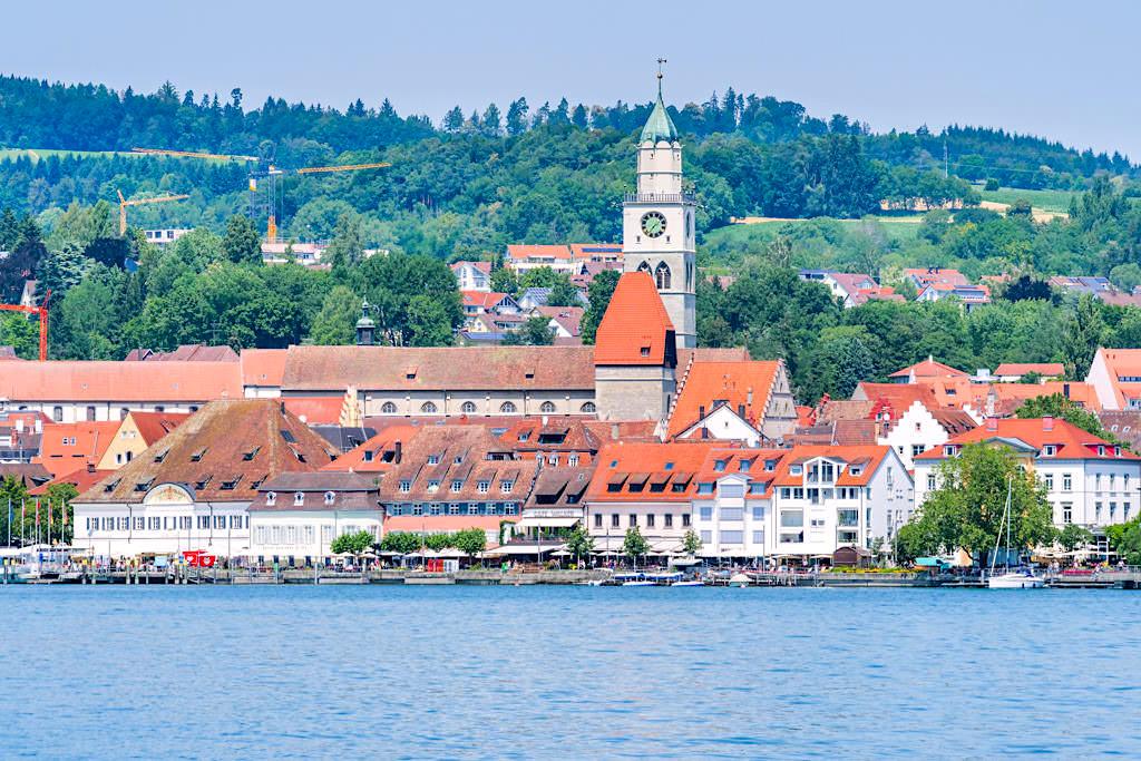 Überlingen am See mit grüner Hügellandschaft im Hintergrund - Bodenseeschifffahrt - Baden-Württemberg