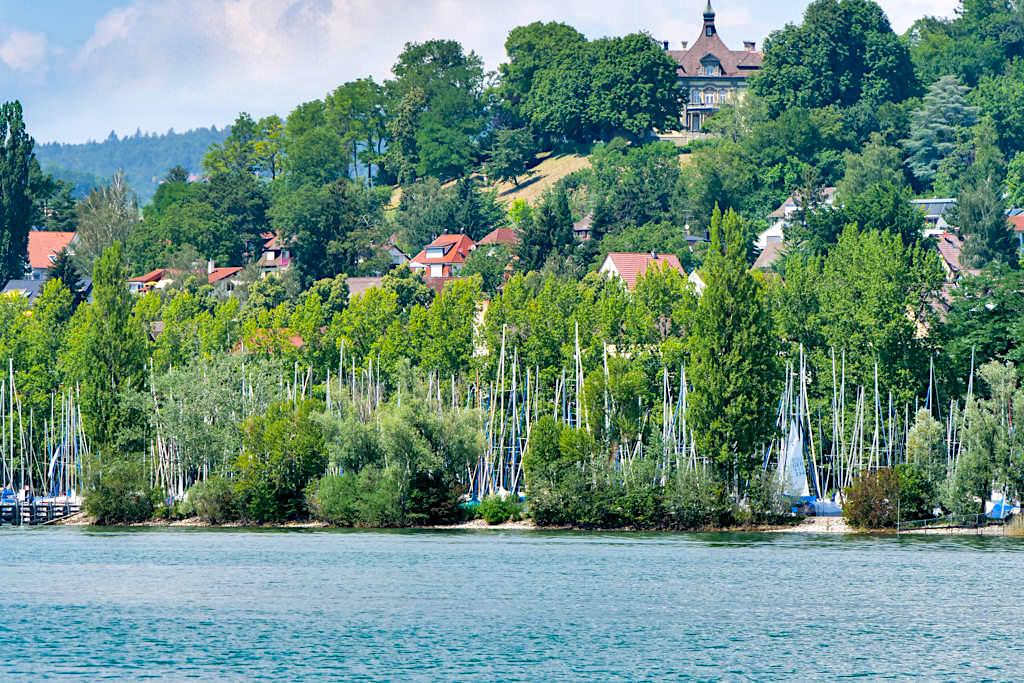 Yachthafen von Überlingen am See und grüne Hügel - Baden-Württemberg