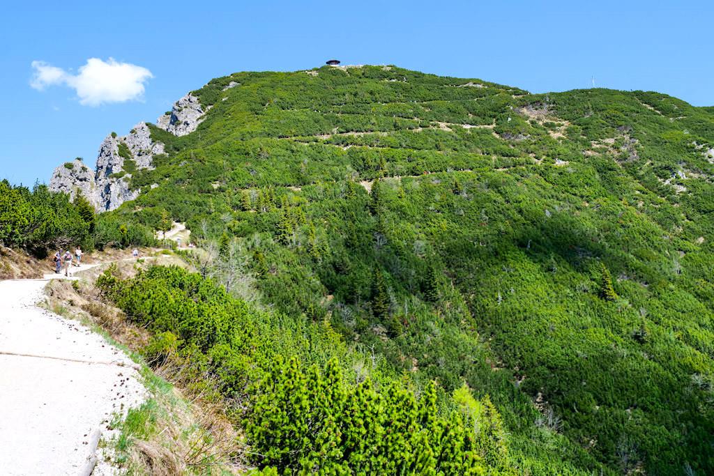 Aufstieg zum Herzogstand-Gipfel: viele langgezogene Serpentinen führen nach oben - Herzogstand Heimgarten Rundwanderung - Walchensee, Bayern