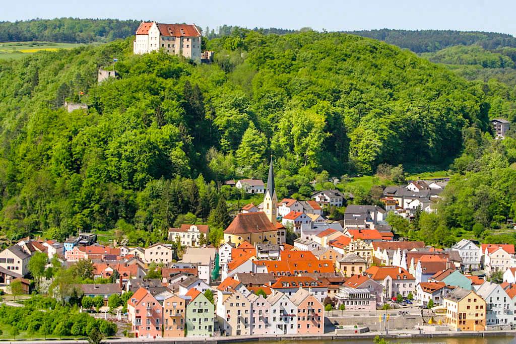 Ausblick auf Riedenburg - Altmühltal Klamm Wanderung über Burg Prunn und Riedenburg - Bayern