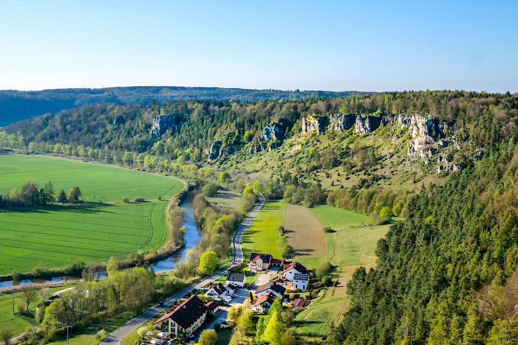Überwältigend schöne Ausblicke von der Burg Arnsberg auf die Arnsberger Leite & Altmühlschleifen - Einer der schönsten Ausblicke ins Altmühltal & eine der vielen Altmühltal Sehenswürdigkeiten - Bayern