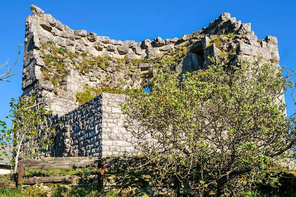 Burgruine Arnsberg - Mauerreste des Bergfrieds sind ein idealer Ort für einen der schönsten Ausblicke auf das Altmühltal - Bayern