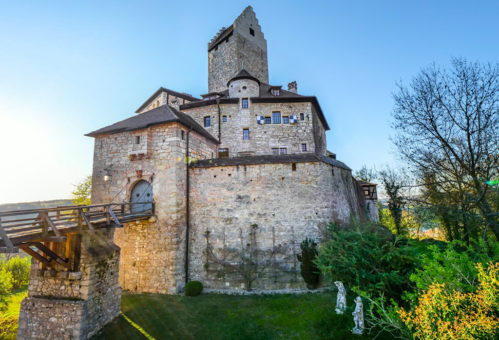 Burg Kipfenberg - Anblick der schönen Burg vom Inneren der Vorburg aus gesehen - Altmühltal - Bayern