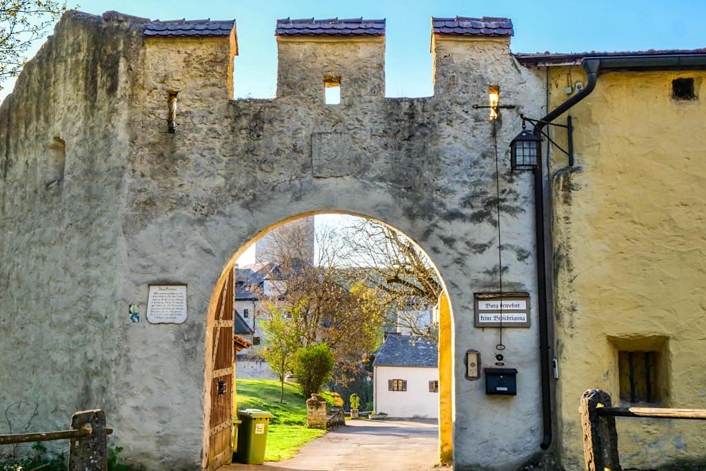 Burg Kipfenberg - Burgtor und Eingang zur Vorburg - Altmühltal Ausflugstipps - Bayern
