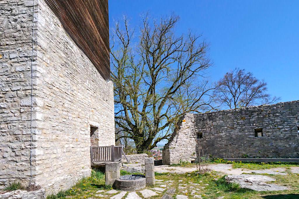Burg Treuchtlingen - Zisterne vor dem Wohnturm & Ringmauer - Altmühltal Sehenswürdigkeiten - Bayern