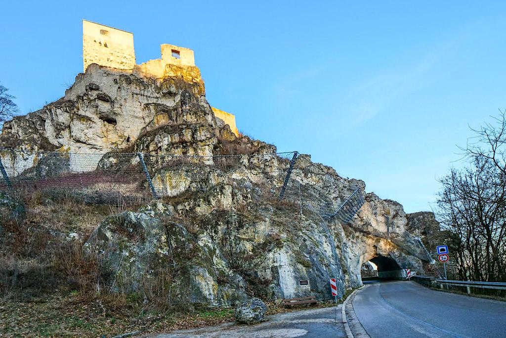 Aufblick auf Burg Wellheim, den imposanten Felsen & das Felsentor von unterhalb der Burg - Altmühltal Ausfugstipps - Bayern