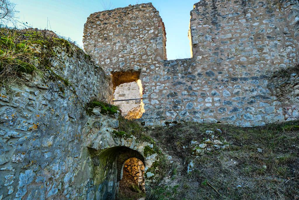 Burg Wellheim - Mauerreste deuten frühere Gebäude der Oberburg, Mittelburg und Unterburg an - Altmühltal - Bayern