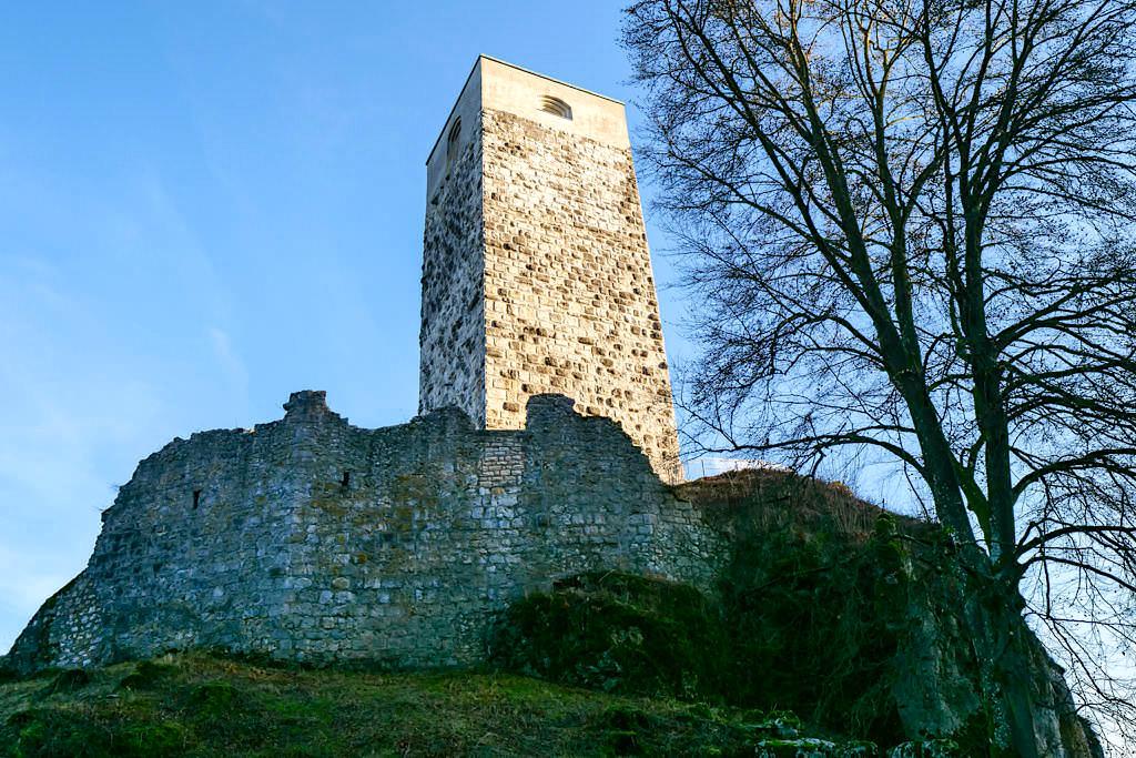 Frei zugängliche Ruine der Burg Wellheim - Ansicht vom Parkplatz - Altmühltal - Bayern