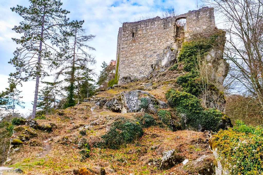 """Burgruine Rabenstein oberhalb von Riedenburg - """"Drei-Burgen-Wanderung"""" - Mauerreste der einstigen Burg - Altmühltal - Bayern"""