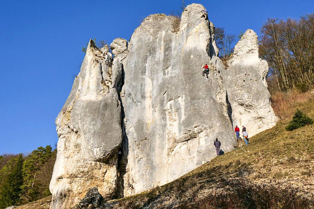 Dollnstein - Felsformationen aus 150 Millionen Jahren altem Riffkalk sind heute beliebte Kletterfelsen - Altmühltal Attraktionen - Bayern