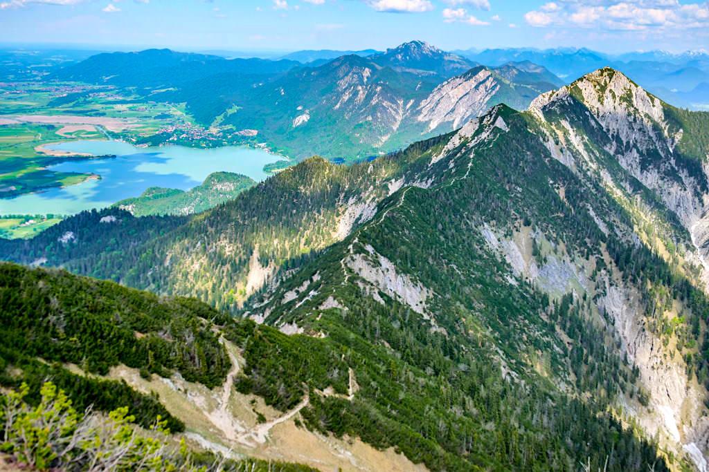 Grandioser Ausblick vom Heimgarten Gipfel auf den Kochelsee und den Herzogstand Heimgarten Grat - Bayern