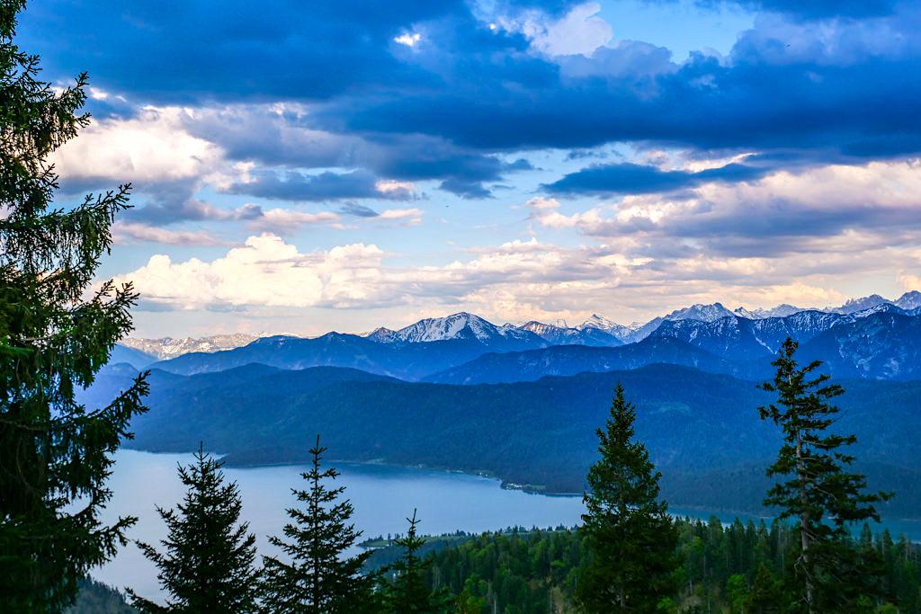Heimgarten Wanderweg - Ausblick auf den Walchensee mit Wolkenstimmung - Bayern