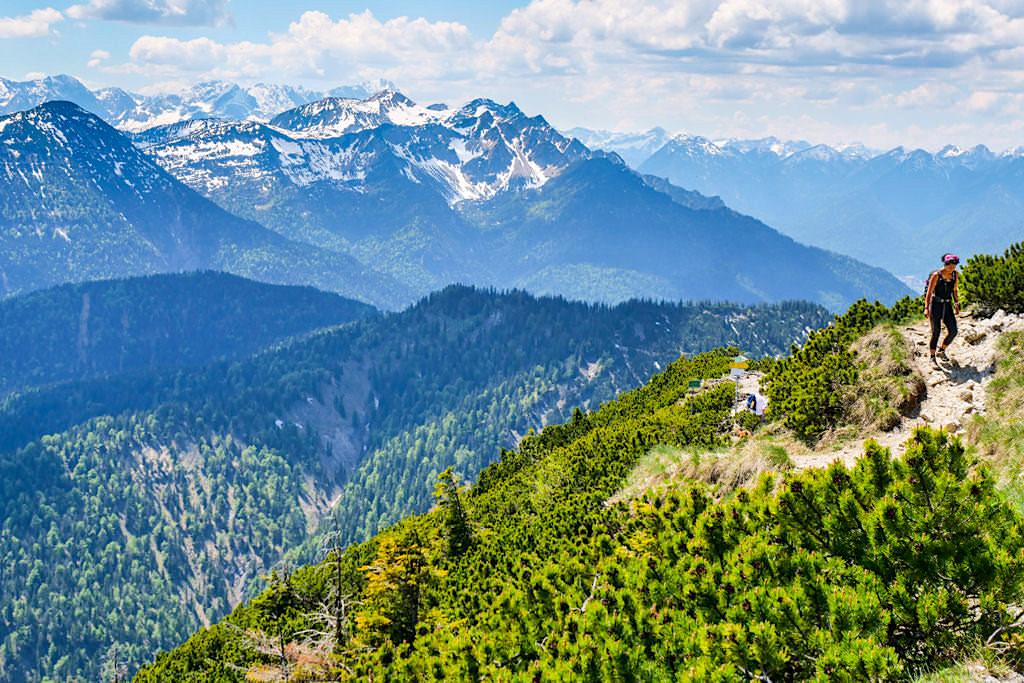 Herzogstand Pavillon Aufstieg mit Ausblick auf die imposante Bergwelt - Gratwanderung Herzogstand Heimgarten - Bayern