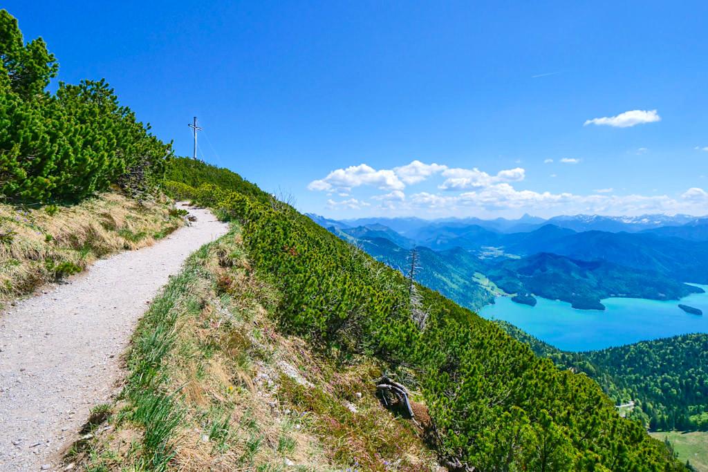 Wanderweg kurz vor dem Herzogstand-Gipfel mit Blick auf den Walchensee & Traumhaft schöne Ausblicke auf die Bayerischen Voralpen - Bayern