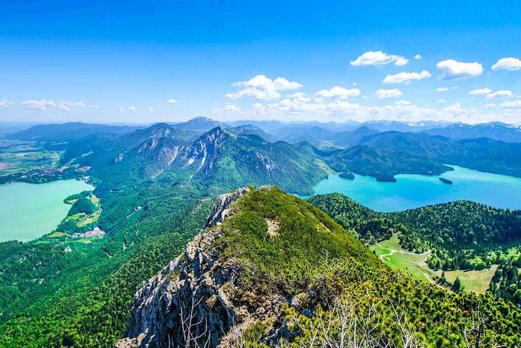 Herzogstand-Gipfel mit Blick auf Kochel- und Walchensee: einer der wohl schönsten Ausblicke in den Bayrischen Alpen - Bayern