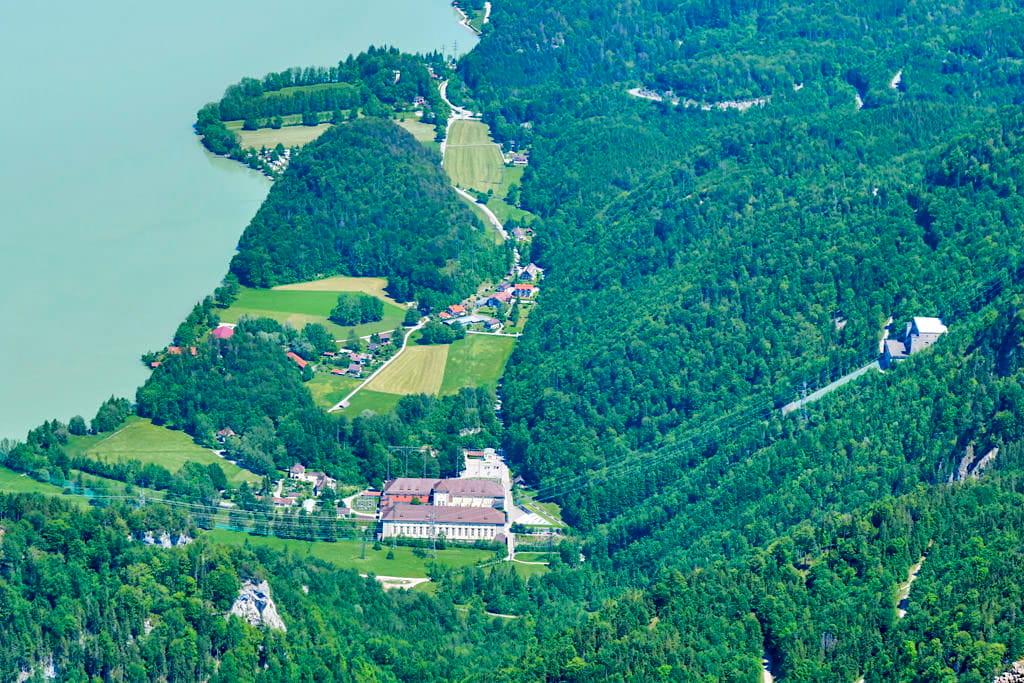Ausblick vom Herzogstandgipfel auf das Walchenseekraftwerk, das immer noch eines der größten Wasserkraftwerke ist - Überschreitung Herzogstand Heimgarten Wanderung - Bayern