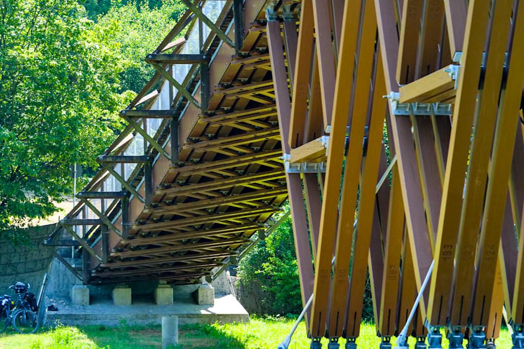 "Holzbrücke Essing ""Tatzelwurm"" - Nach dem uralten Prinzip der freischwebenden Seilbrücken konstruiert - Altmühltal Highlights - Bayern"