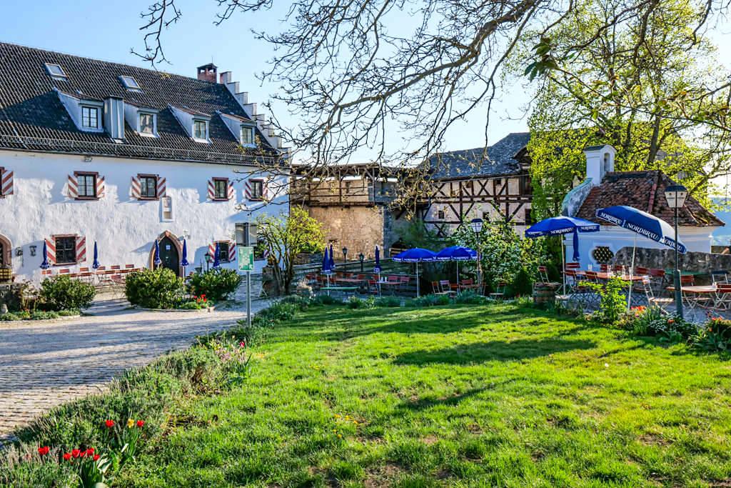 Hotel Schloss Arnsberg - Burgruine & Biergarten mit grandiosem Ausblick über das Altmühltal - Altmühltal Ausflugstipps - Bayern