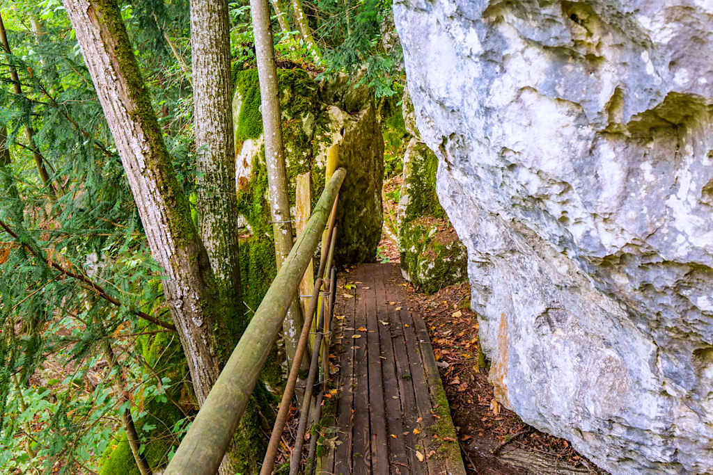 Altmühltal Klamm Wanderung - enge Durchgänge zwischen Felsen machen die Wanderung spannend - Bayern