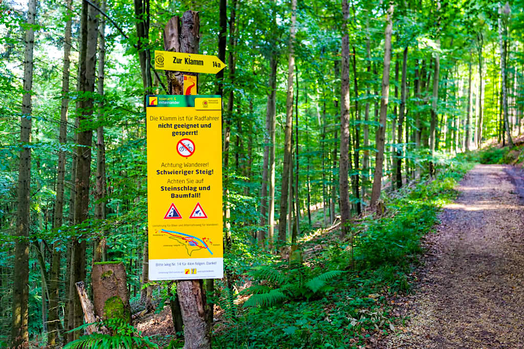"""Altmühltal Klamm Wanderung - Schild, das einen """"Schwierigen Steig"""", der überhaupt nicht schwierig ist, ankündigt - Bayern"""