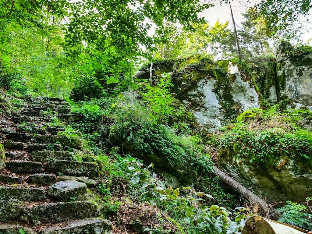Altmühltal Klamm Wanderung - Stufen & schmale Gänge führen an massiven Kalksteinfelsen vorbei - Bayern