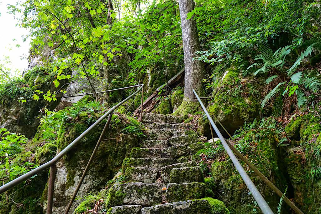 Altmühltal Klamm Wanderung - Natursteintreppen erleichtern das Auf und Ab zwischen den Felswänden - Bayern