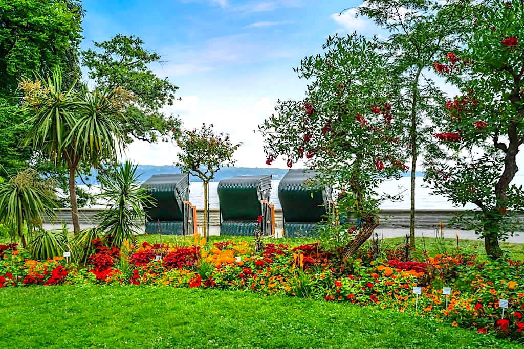 Insel Mainau im Sommer - Wunderschöne Uferpromenade mit vielen Genießerecken, die zum Verweilen einladen - Baden-Württemberg
