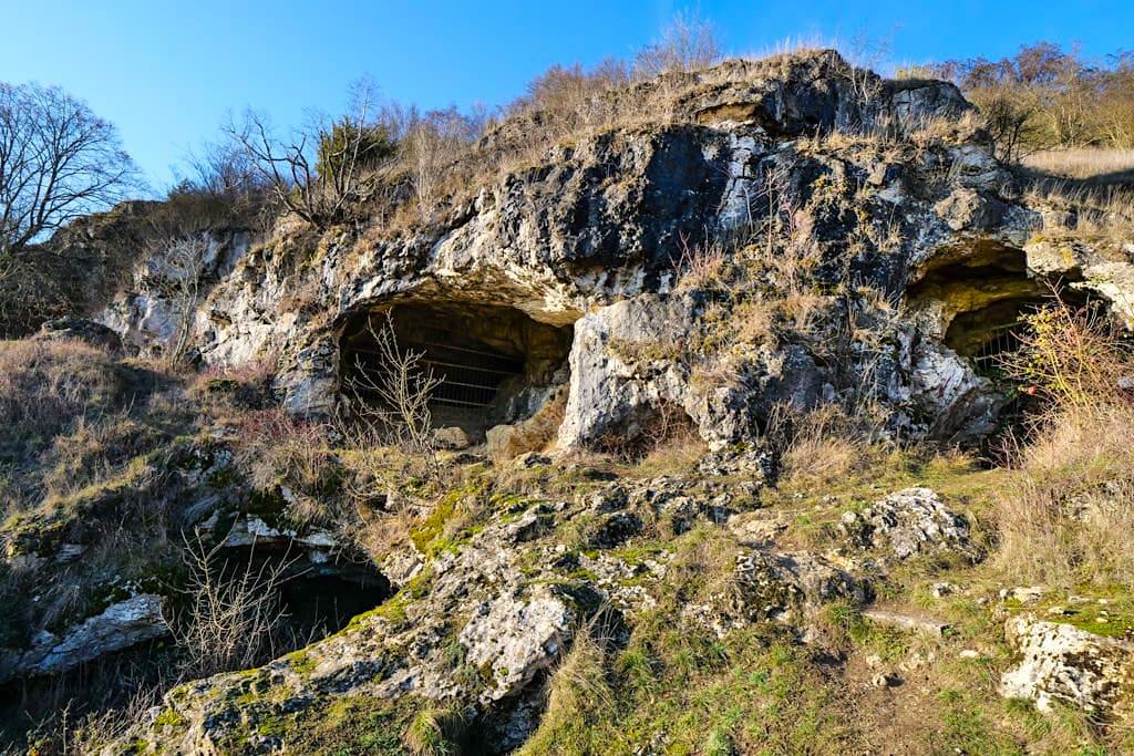 Mauerner Höhlen - Einige der Eingänge sind versperrt, um die Höhlen vor Grabräubern zu schützen - Altmühltal Ausflugsziele - Bayern