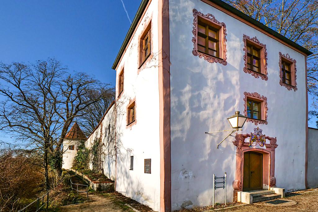 Neuburg an der Donau - Spaziergang an der gut erhaltenen Stadtmauer führt zu der wunderschön restaurierten Burgwehr - Altmühltal Sehenswürdigkeiten & Ausflugstipps - Bayern
