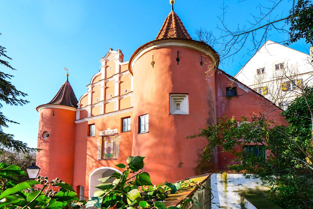 Malerische, zauberschöne Altstadt von Neuburg an der Donau - Selbst das Rote Tor auch Bürgertor oder Oberes Tor genannt, sieht schon aus wie ein Schloss - Bayern